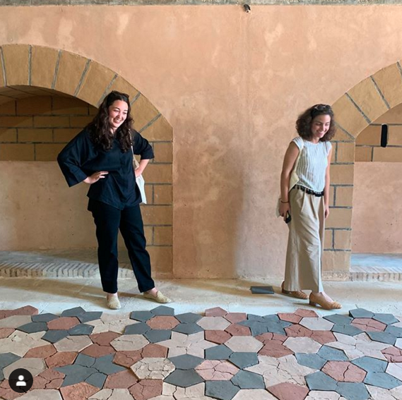 Dana Awartani davanti alla sua installazione all'inaugurazione della Biennale di Rabat. Courtesy the artist, and ATHR gallery, Jeddah