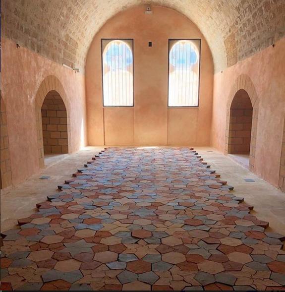 veduta dell'installazione Standing by the Ruins dell'artista Dana Awartani per la Biennale di Rabat